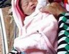 Bé gái sơ sinh bị bỏ chậu trôi sông