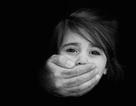 """Cha mẹ không nên dạy con """"người lạ nào cũng là người xấu"""""""