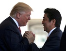 """Cái bắt tay """"lạ"""" của Tổng thống Trump với Thủ tướng Nhật"""
