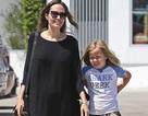 Angelina Jolie tươi tắn cùng con đi mua sắm