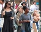Angelina Jolie xinh đẹp đưa con đi mua sắm