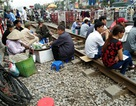 """Hà Nội: Hãi hùng cảnh """"họp chợ"""" trên đường ray tàu hỏa"""