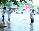 """Người Hà Nội vui mừng đón """"cơn mưa vàng"""" giải nhiệt sau những ngày nắng nóng"""