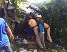CSGT cưa cửa xe đầu kéo cứu 3 người mắc kẹt trong ca bin