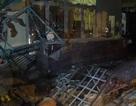 TPHCM: Tránh hai xe máy vượt đèn đỏ, xe tải tông sập tường chùa