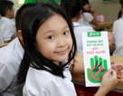 Học sinh Hà Nội thích thú với tờ rơi bắt mắt tuyên truyền sốt xuất huyết