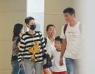 Trương Bá Chi xuất hiện tại sân bay cùng một người đàn ông trẻ đẹp