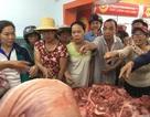 Tờ mờ sáng, người Sài Gòn đi mua thịt cứu người chăn nuôi heo