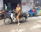 """Bức ảnh bé trai nhảy lên xe không cho mẹ đi chợ gây """"sốt"""" vì quá đáng yêu"""