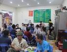 Trời nóng bức, người Hà Nội đổ xô ra hàng bia hơi giải khát