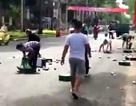 Hàng trăm lon bia lăn xuống đường, người dân chung tay nhặt giúp