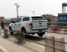 """Xe biển xanh """"lạc"""" vào làn xe máy trên cầu Thanh Trì"""