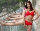 Dàn mỹ nhân mặc bikini tạo dáng trên cầu đáy kính chênh vênh