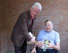 Cựu Tổng thống Clinton tặng món quà bất ngờ cho người tiền nhiệm