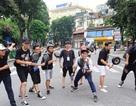 Vì sao hàng trăm bạn trẻ cầm chảo chạy, gây xôn xao phố đi bộ Hà Nội?