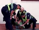 Clip 4 cảnh sát lực lưỡng vây bắt 1 đứa trẻ 12 tuổi khiến người qua đường nổi giận