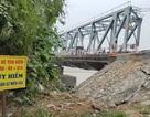 Hà Nội: Sạt lở bờ sông gây nứt mố cầu Đuống
