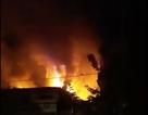 Tiệm sửa xe bốc cháy ngùn ngụt trong đêm