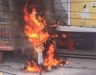 Trụ điện bốc cháy dữ dội, lửa lan sang khách sạn