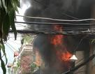Nhà vắng chủ bốc cháy ngùn ngụt, cả khu phố náo loạn