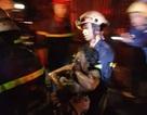 Nín thở xem cảnh sát phá 2 lớp cửa sắt giải cứu 3 người kẹt trong đám cháy