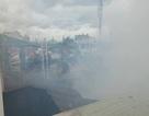 Gần chục cảnh sát leo mái nhà khống chế vụ cháy giữa khu dân cư
