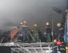 Hàng chục lính cứu hỏa dập đám cháy gara ô tô