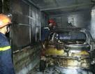 Gara ô tô bốc cháy, lửa lan sang nhà dân