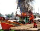 Tàu bốc cháy dữ dội khi đang sửa chữa