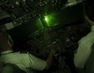 Máy bay bị rọi đèn công suất lớn khi chuẩn bị hạ cánh tại Nội Bài