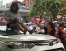Hà Nội: Nữ tài xế taxi mặc váy ngồi nóc ô tô chống đối CSGT