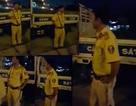 Xôn xao clip CSGT bị tố đánh người rồi chui vào xe đặc chủng lẩn tránh