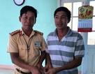 CSGT Bình Định trả lại tiền cho người dân đánh rơi trên quốc lộ 1