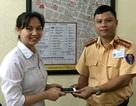 Hà Nội: CSGT trao trả điện thoại iPhone 6 Plus cho nữ y tá