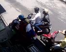 Hai tên cướp giật iPhone của phụ nữ bị camera ghi hình