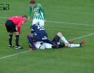 Cầu thủ đứt gân tay vì cố cứu sống đối thủ