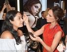 Victoria Beckham tự tay trang điểm cho fan