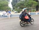 Người dân mặc áo ấm ra đường giữa mùa hè