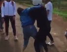 Xôn xao clip nữ sinh đánh nhau dữ dội trước sự hò reo của bạn bè