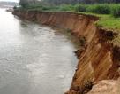 Dân hoang mang vì bờ sông sạt lở nghiêm trọng