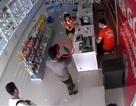 Bắt 2 đối tượng dùng súng nhựa khống chế nhân viên cướp 19 điện thoại