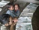 Hình ảnh bé lớp 2 địu em 8 tháng tới trường lay động dân mạng