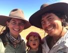Ngưỡng mộ hành trình đi bộ chinh phục cả nghìn km của cô bé 1 tuổi