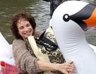 Hình ảnh đẹp: Người phụ nữ ngồi phao thiên nga vượt biển nước ở Texas đi đỡ đẻ