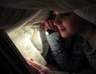 Đọc sách trong ánh sáng yếu có hại mắt không?