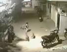 Cư dân mạng phát sốt với cậu bé 5 tuổi dũng cảm chống lại bầy chó dữ
