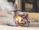 Bị công an kiểm tra, nam thanh niên châm lửa đốt xe máy