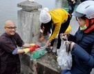 Nhà sư bám trụ hồ Tây xin rác người thả cá tiễn Táo quân