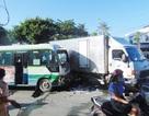 Xe buýt tông xe tải, nhiều hành khách hoảng loạn