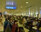 Sân bay Tân Sơn Nhất đông nghẹt khách về quê ăn Tết muộn